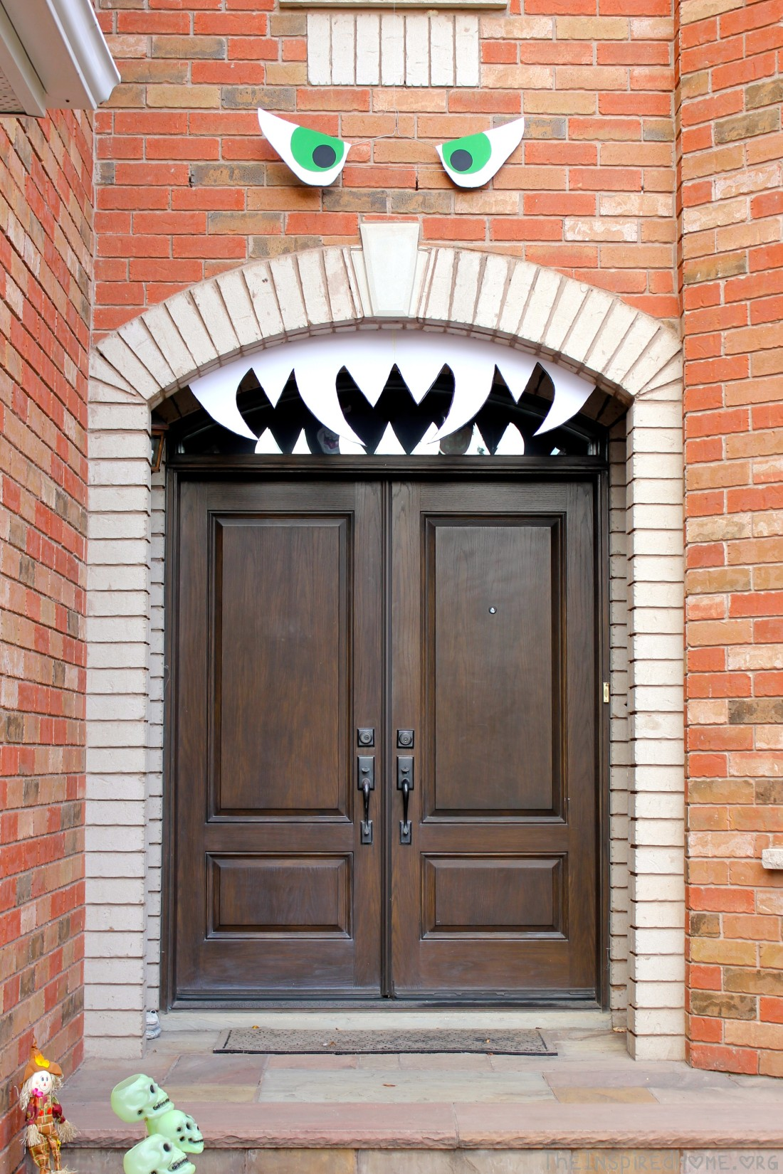 TheInspiredHome.Org // DIY Halloween Decorations // Outdoor Halloween House Face