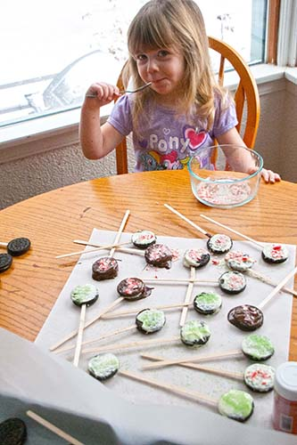 TheInspiredHome.org // Dipped Oreos. A simple kid-approved recipe that you can do together this holiday season for your classroom gift. P Licks the Spoon.