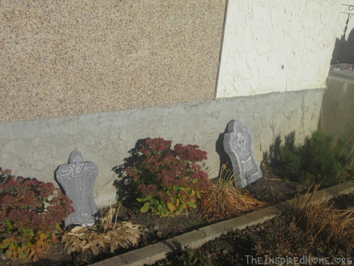 TheInspiredHome.Org // DIY Halloween Decorations // Outdoor Halloween Tombstone Decorations